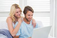 Paar eröffnet Direktbank Girokonto