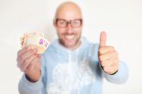 Mann freut sich über Girokonto mit Startguthaben