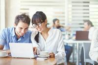 Paar freut sich über Zinsen beim Girokonto