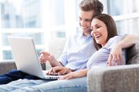 Paar macht Internetbanken Vergleich