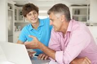 Vater und Sohn machen Jugendgirokonto Vergleich