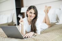 Frau freut sich über kostenlose Kreditkarte