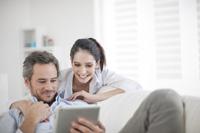Paar freut sich über kostenloses Onlinekonto
