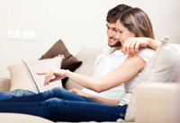 Paar eröffnet Kostenloses Zweitkonto