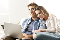 Paar macht Online Banken Vergleich