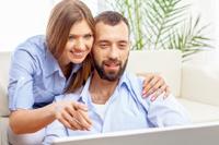 Paar ist dabei Online ein Konto zu eröffnen