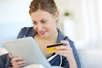 Frau macht Prepaid Kreditkarten Vergleich