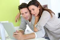 Paar macht Privatkonto Vergleich