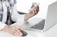 Frau macht Überweisung auf Tagesgeld mit ChipTan