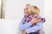 Grossvater eröffnet Tagesgeldkonto für Enkel