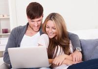 Paar beobachtet Tagesgeld Entwicklung