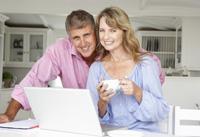Paar macht Tagesgeld und Festgeld Vergleich