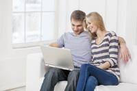 Paar schliesst Tagesgeldkonto mit Garantiezins ab