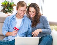 Paar freut sich über Tagesgeldkonto mit Girofunktion
