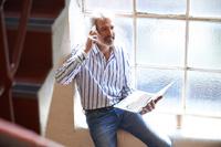 Mann macht Telefonbanking für sein Tagesgeldkonto