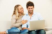 Paar freut sich über Tagesgeldkonto mit hohen Zinsen