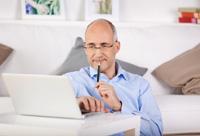 Mann überweist Geld auf sein Tagesgeldkonto mit iTan