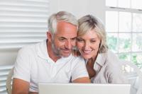 Paar freut sich über Tagesgeldkonto mit monatlicher Einza