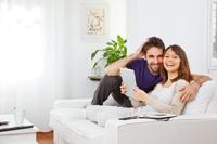 Paar freut sich über Tagesgeldkonto ohne Kontoführungsgebühren