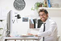 Mann freut sich über sein Tagesgeldkonto mit quartalsweiser Zinsgutschrift