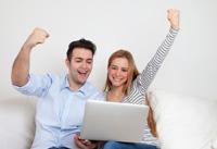 Paar freut sich über Tagesgeldkonto für Ebay