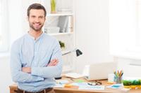 Mann freut sich über Tagesgeld für Firmen