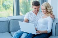 Paar macht Tagesgeldkonto Test
