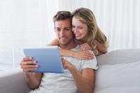Paar macht online Tagesgeldkonto Vergleich