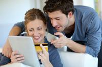 Paar freut sich über Tagesgeldkonto mit Visa Karte
