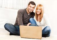 Paar eröffnet online Tagesgeldkonto