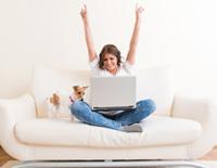 Frau freut sich über gebührenfreies Konto