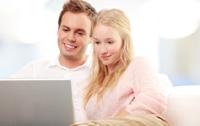 Paar freut sich über monatliche Zinsen beim Tagesgeld